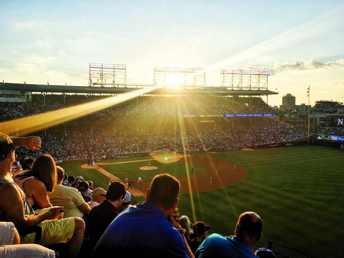 Sonnenuntergang über einem voll besetzten Baseball-Stadion